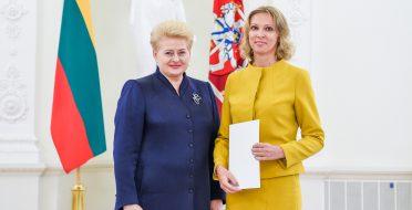 Prezidentė apdovanojo geriausią mokslinės disertacijos laureatę Jurgitą Baranauskienę